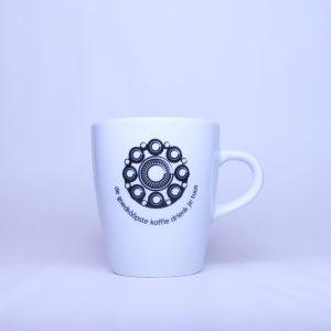 Kleine Zeeuwse mok van 20 cl met de tekst De goedkoopste koffie drienk je tuus